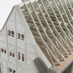 """<span class=""""deutsch"""">Dachaufbau Modell Gebäude</span><span class=""""englisch"""">upper part and roof frame of the model</span>"""