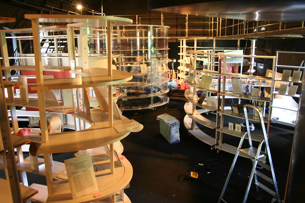 Aufbau der Ausstellung im Jüdischen Theater Stockholm