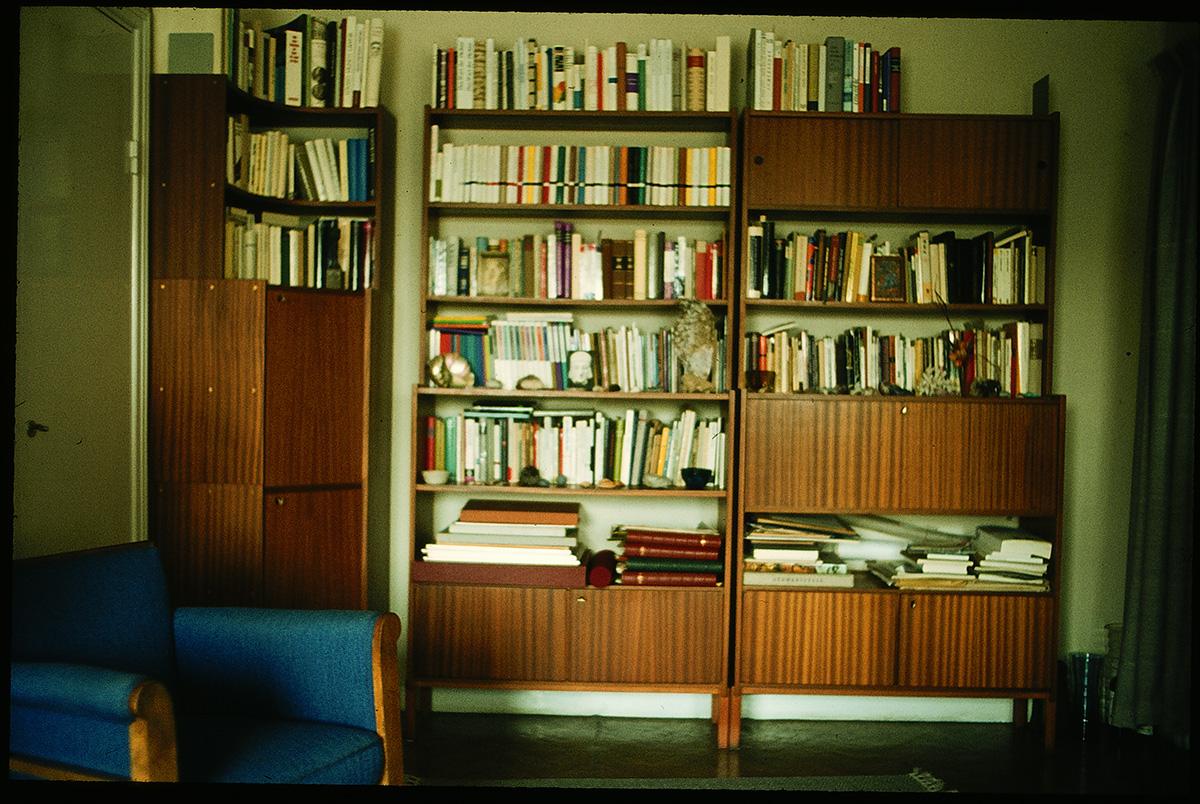 Buchsammlung in der Wohnung von Nelly Sachs