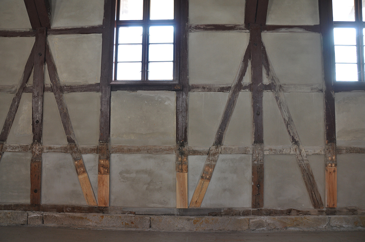 "<span class=""deutsch"">Fachwerk an den Wänden</span><span class=""englisch"">Walls with Timber Framing</span>"