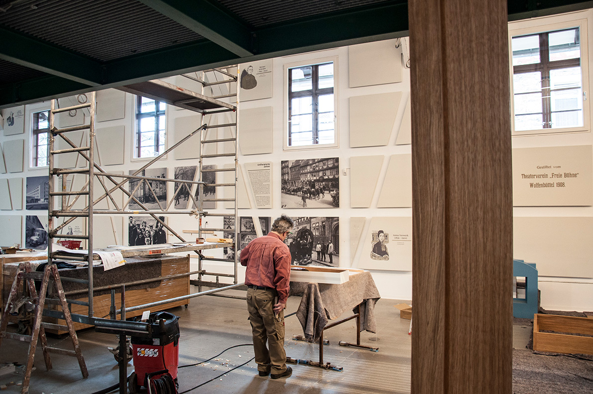 "<span class=""deutsch"">Montage der Wandpaneele</span><span class=""englisch"">Mounting the panelling</span>"