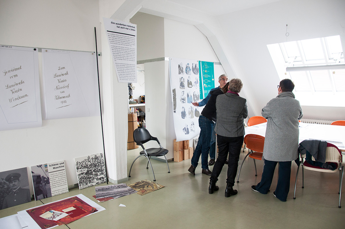 "<span class=""deutsch"">Grafikabstimmung mit dem Kunden</span><span class=""englisch"">Presenting the graphic design to the clients</span>"