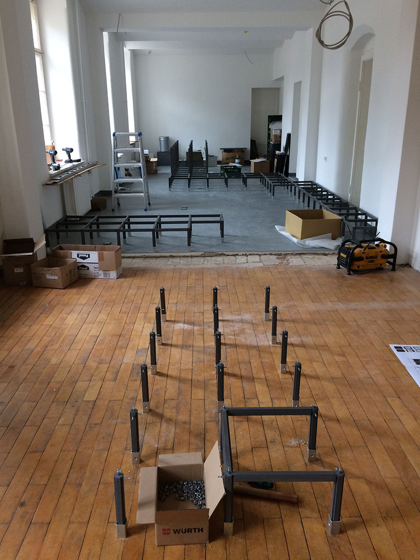 "<span class=""deutsch"">Ausstellungsaufbau im Erdgeschoss</span><span class=""englisch"">Mounting of the exhibition on the ground floor</span>"