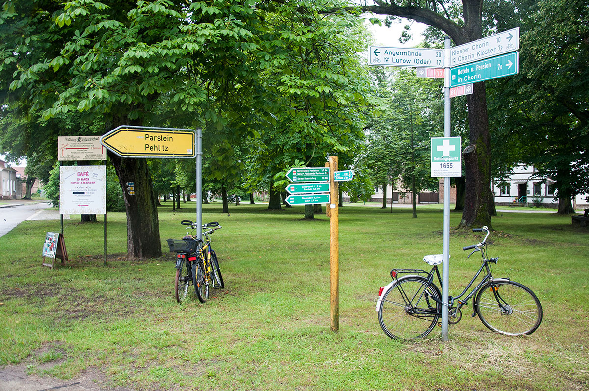 "<span class=""deutsch"">Brodowin Dorfmitte beschildert</span><span class=""englisch"">The Brodowin village centre with signs</span>"