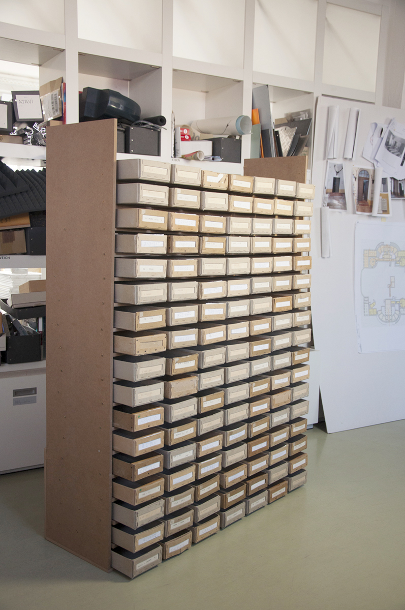 "<span class=""deutsch"">Modellbau Karteikistenregal</span><span class=""englisch"">Building a model: index card shelf</span>"