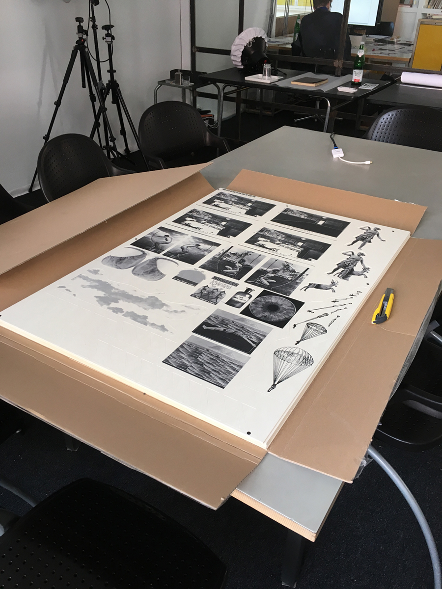 "<span class=""deutsch"">Digitaldruck des Bildmaterials auf Finnpappebögen</span><span class=""englisch"">Digital printing of the visual material on sheets of Finnboard</span>"