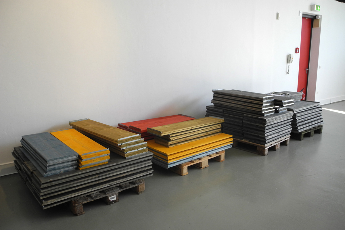 "<span class=""deutsch"">Aufbau vor Ort der Ausstellungselemente</span><span class=""englisch"">mounting of the exhibition parts on site</span>"