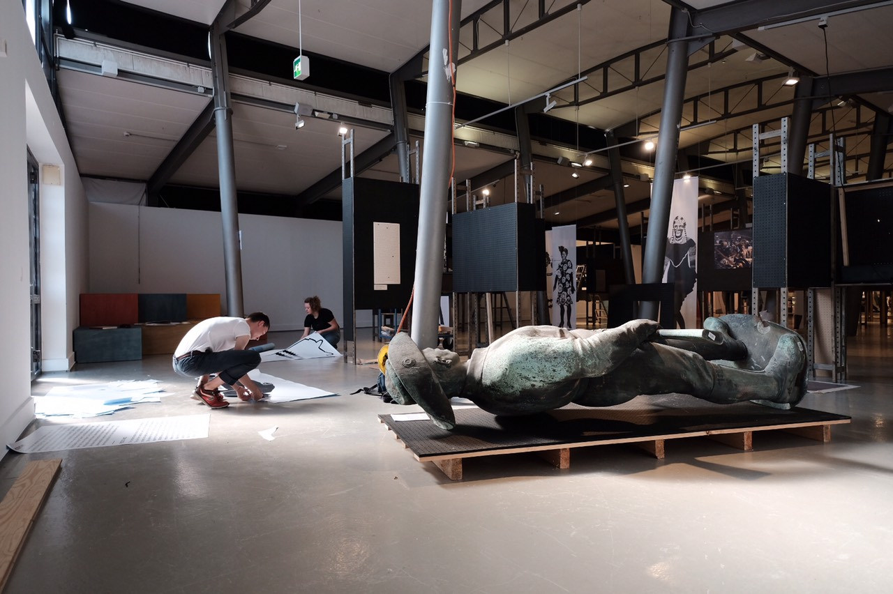 "<span class=""deutsch"">Aufbau Grossobjekt_gestürzte Statue des Kolonialoffiziers Hans Dominik</span><span class=""englisch""></span>"