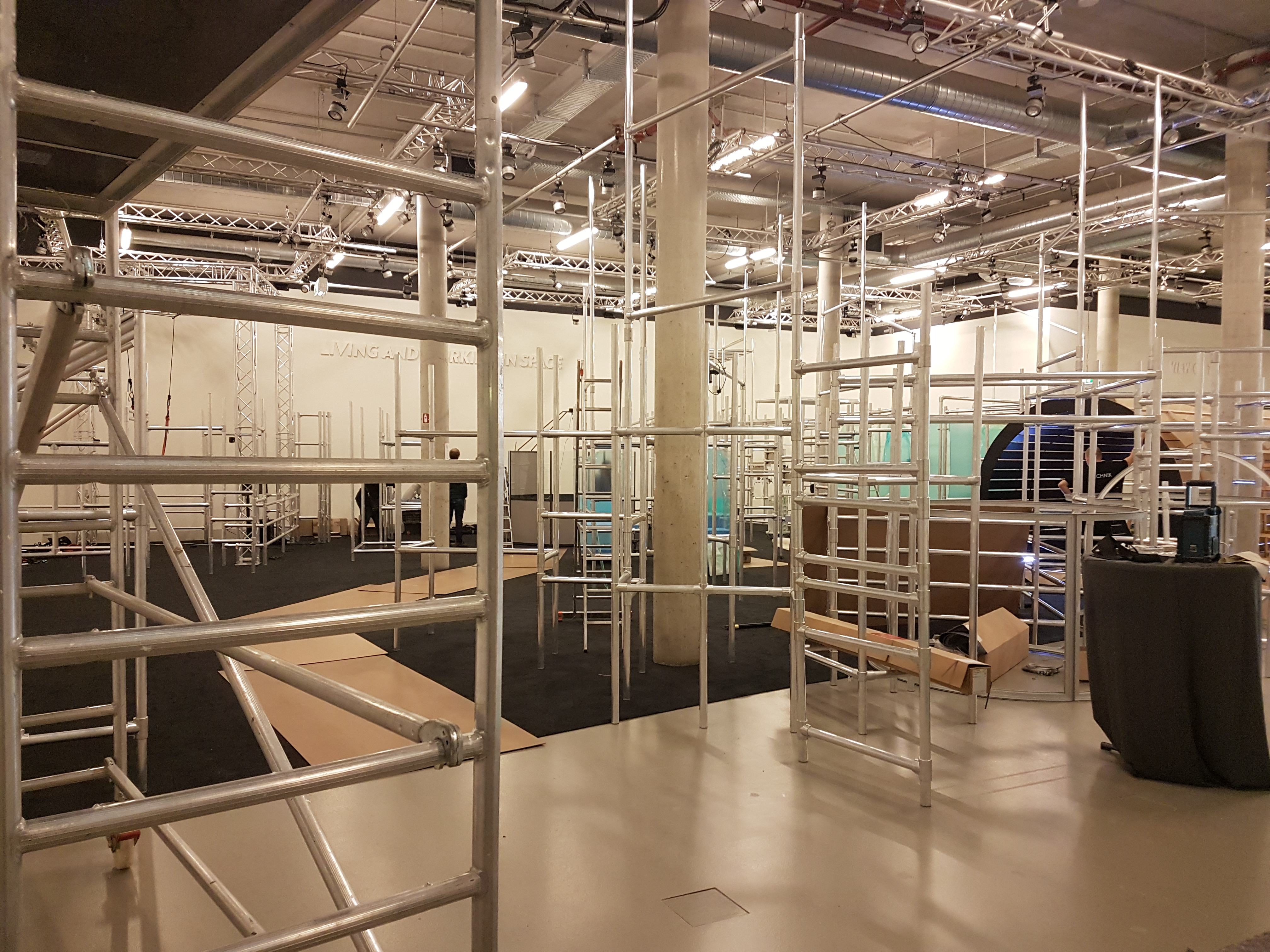 "<span class=""deutsch"">Aufbau Ausstellung</span><span class=""englisch"">exhibition mounting</span>"